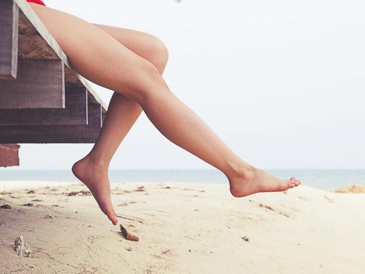 Gambe ragazza al mare spiaggia