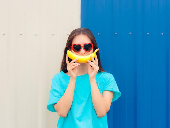 Ragazza occhiali banana