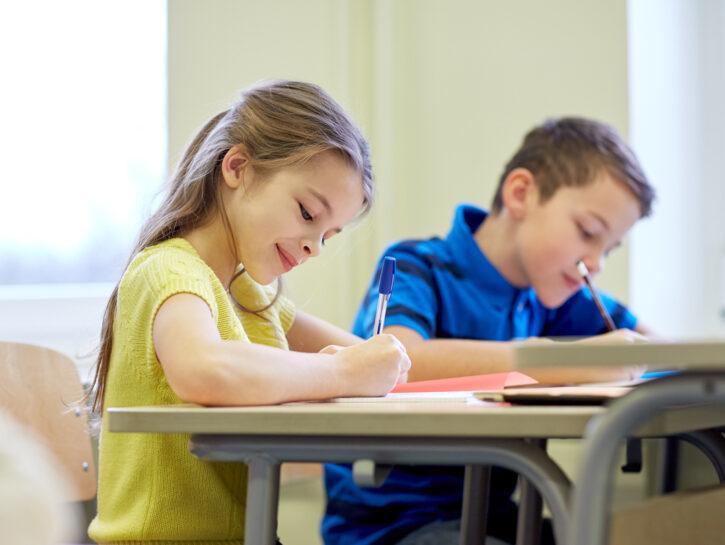Bambina sorride banchi di scuola