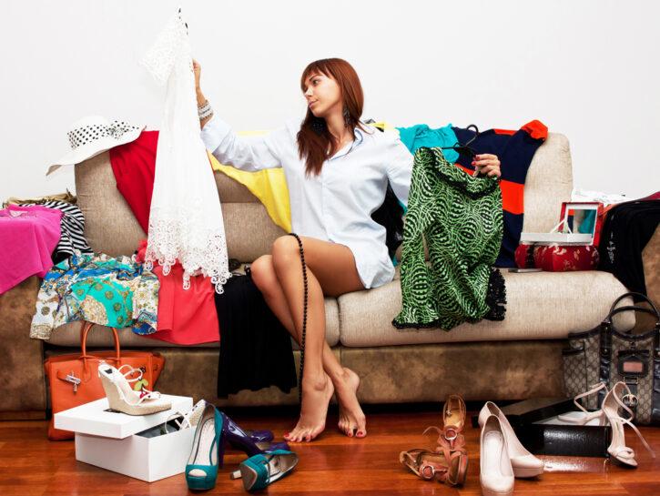 Donna su divano vestiti prova