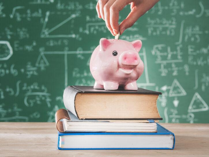 Educazione finanziaria a scuola soldi lavagna