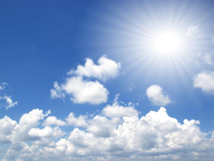 Meteo cielo blu estate con nuvole