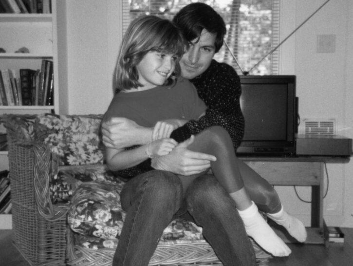 Lisa Brennan-Jobs da bambina con il padre Steve. Nonostante il risultato del test del Dna, lui rifiu