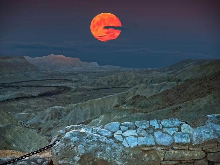 Tramonto con super luna sul deserto del Negev