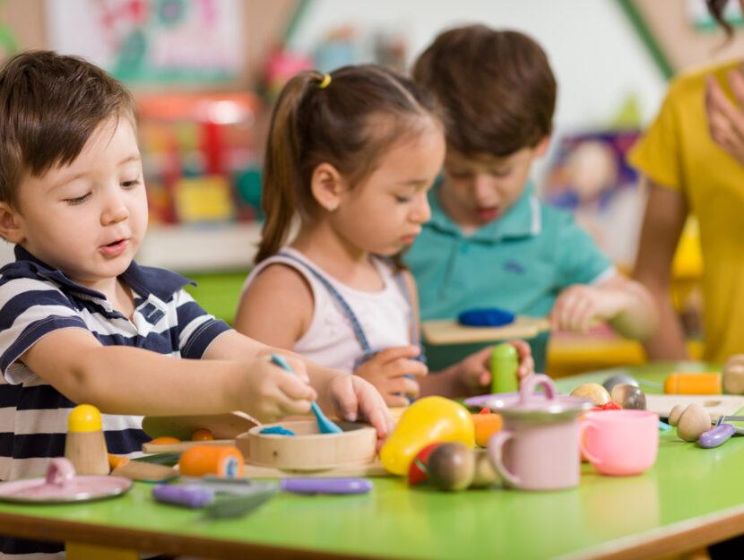 Bambini giocano asilo tavolo