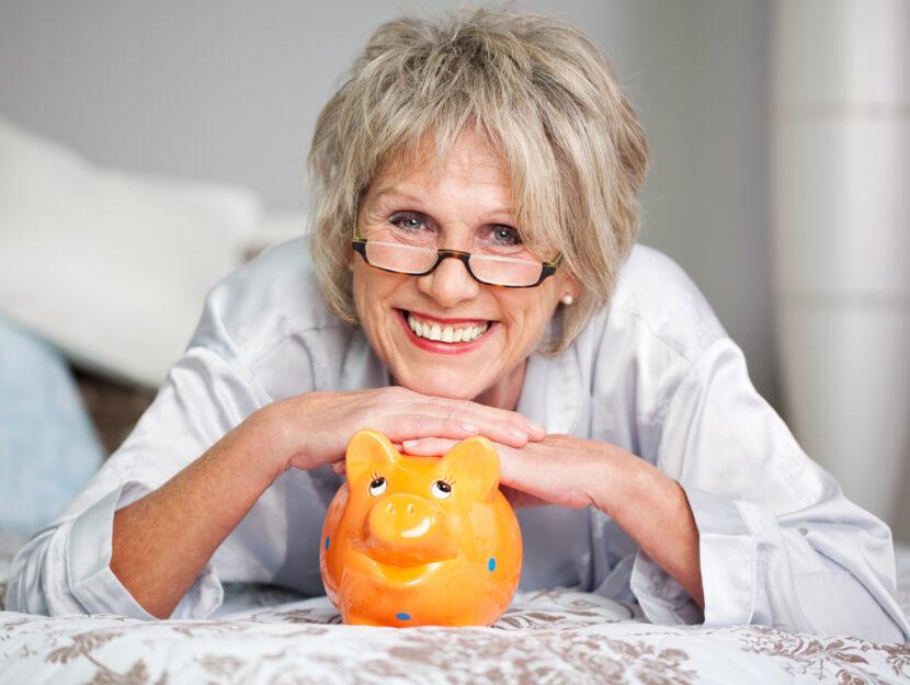 Donna pensione salvadanaio