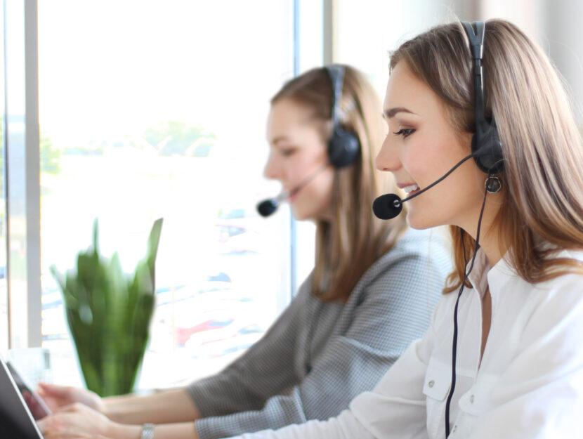Ragazze call center microfono ufficio