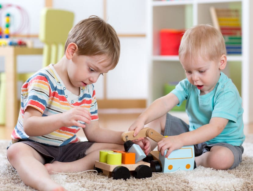 Bambini giocano asilo