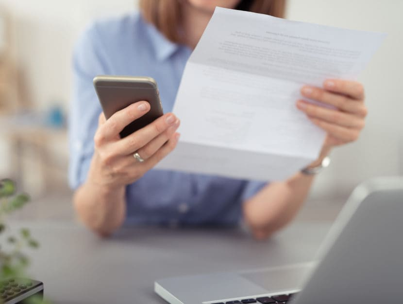Donna contratto telefonia cellulare