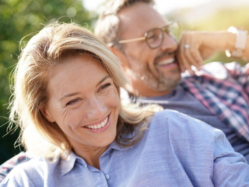 Donna uomo coppia felice 50 anni