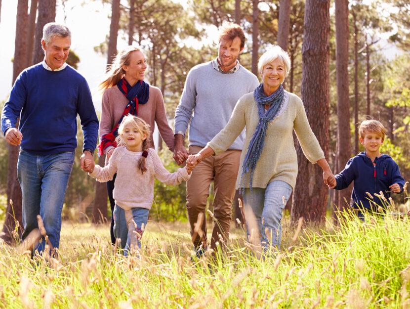 Famiglia nonni nipoti bosco