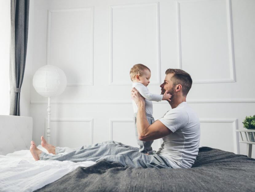 Padre giovane figlio bambino camera letto
