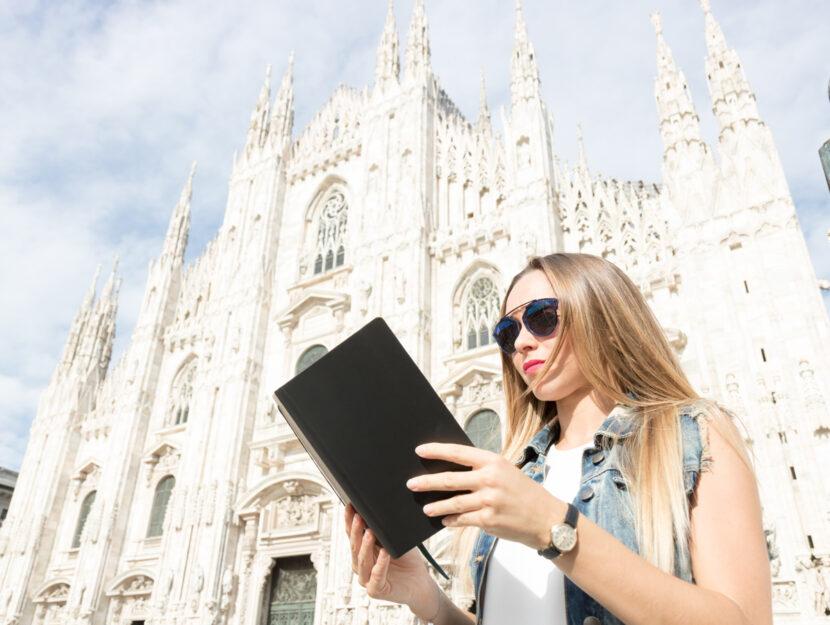 Ragazza legge libro piazza duomo Milano