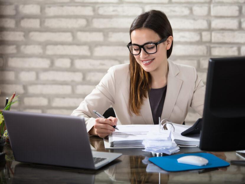 fattura elettronica donna computer ufficio