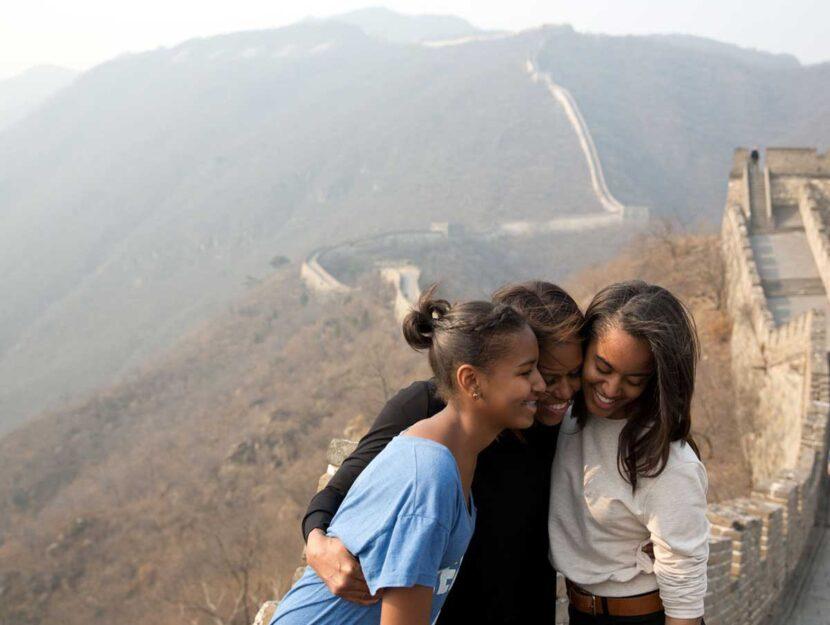 Michelle con le figlie Malia e Sasha, che oggi hanno 20 e 17 anni, durante un viaggio in Estremo Ori