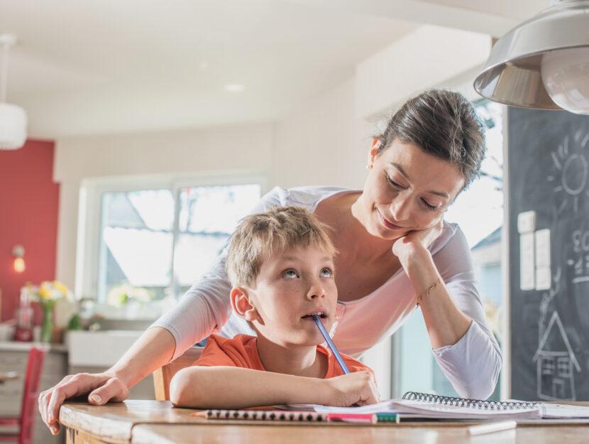 Compiti a casa con la mamma bambino