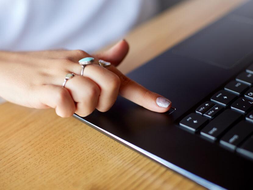 Donna computer password impronta digitale