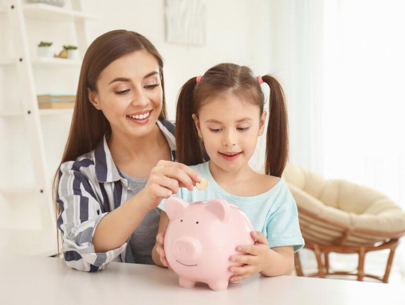 Mamma figlia risparmio salvadanaio