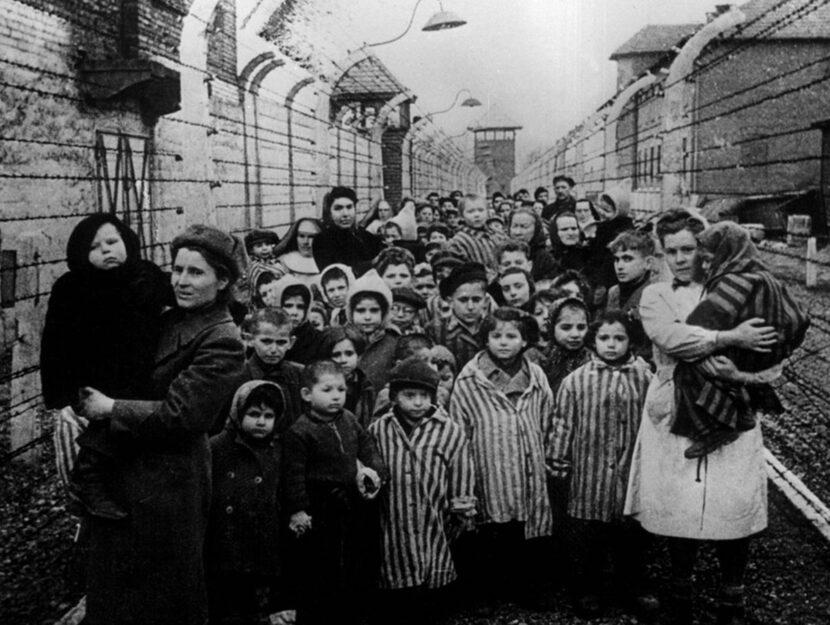 Bambini di Auschwitz, fotografati dopo che i loro genitori sono stati cremati nei forni