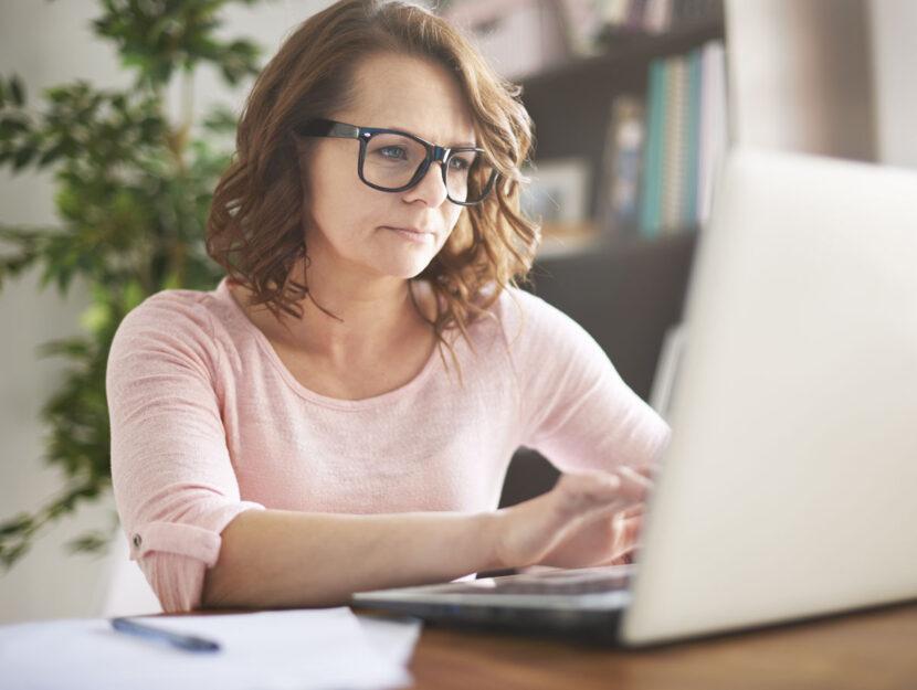 Donna occhiali computer portatile