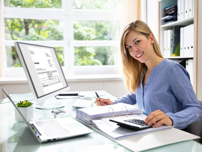 Donna ufficio lavora computer