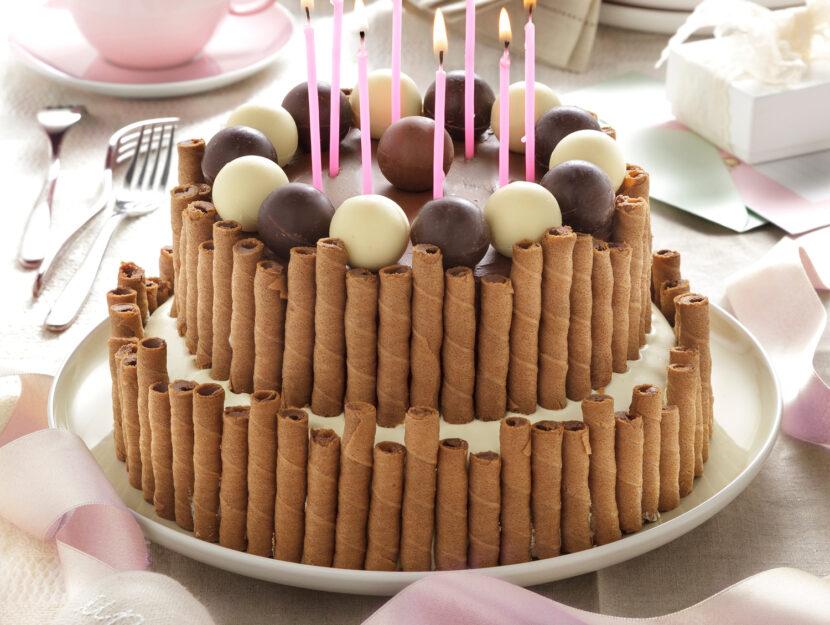 Torta di compleanno al cioccolato a piani