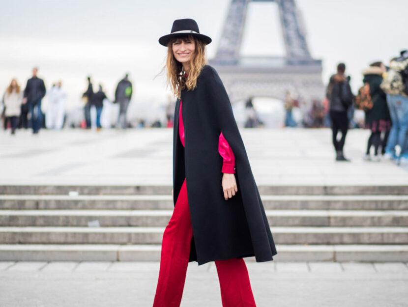 Cappa nera su total look rosso fuoco