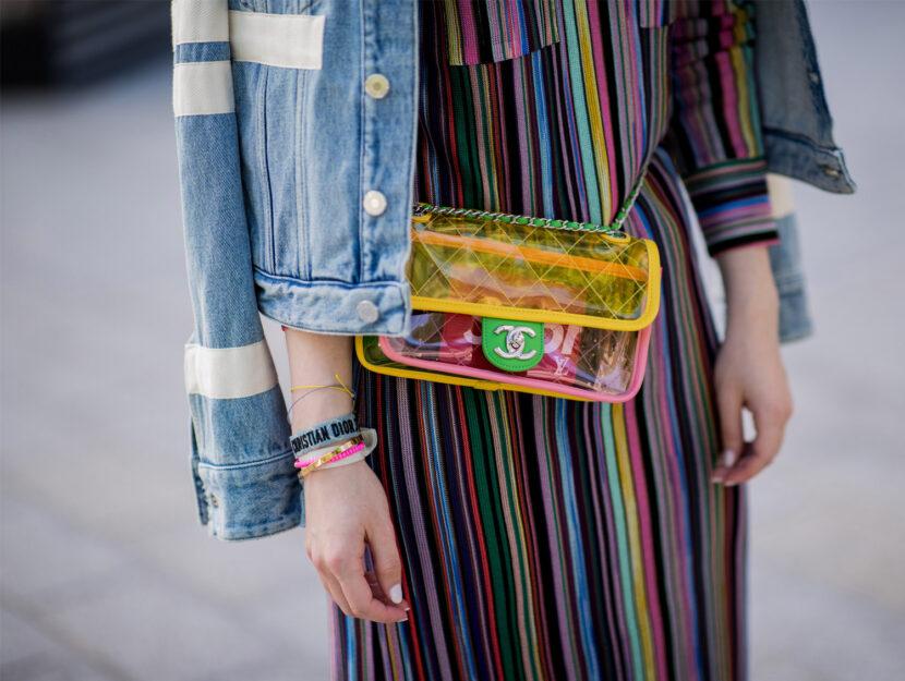 Fashionista porta una belt bag in pvc per le strade di Düsseldorf.