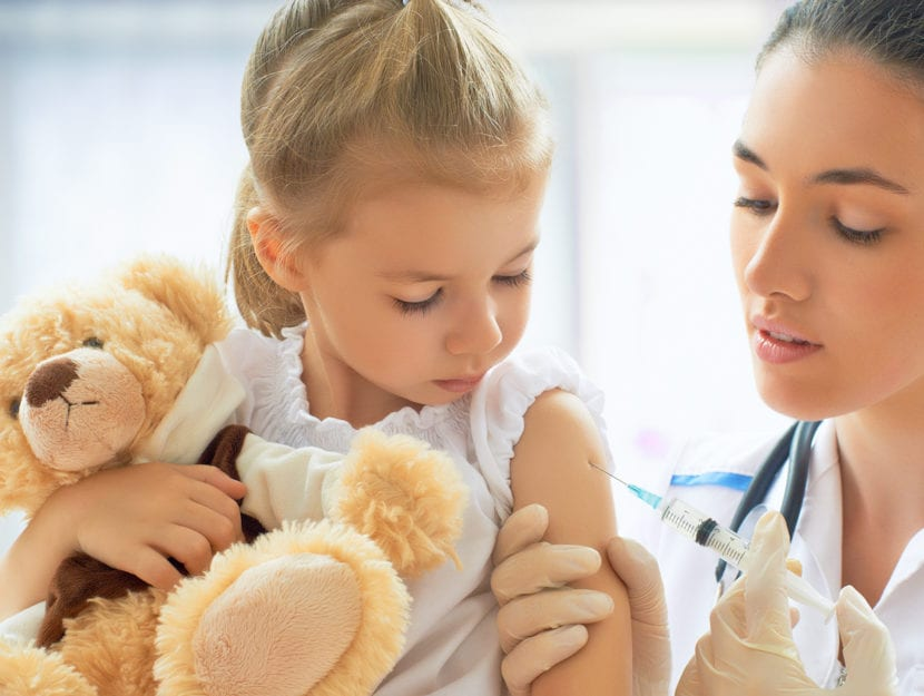 Bambina vaccino infermiera puntura