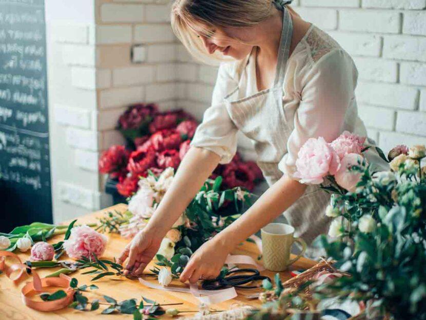 Ragazza fioraia negozio fiori