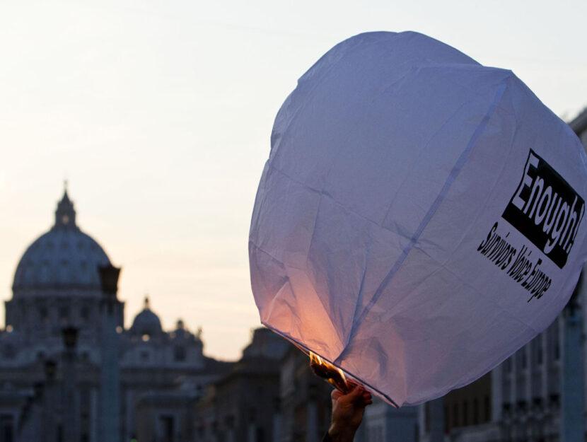La manifestazione contro gli abusi sessuali da parte dei preti pedofili organizzata dall'associazione americana Survivors Voice, oggi 29 ottobre 2011 davanti al Vaticano, a Roma