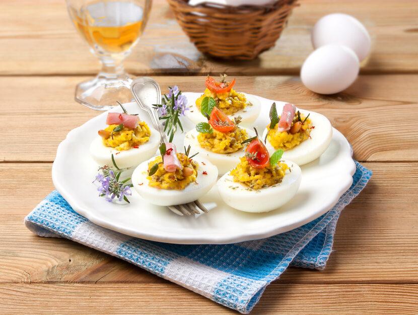 Uova ripiene con maionese e capperi