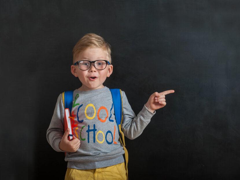 Bambino scuola libri occhiali