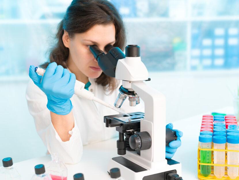 Donna medico ricerca microscopio