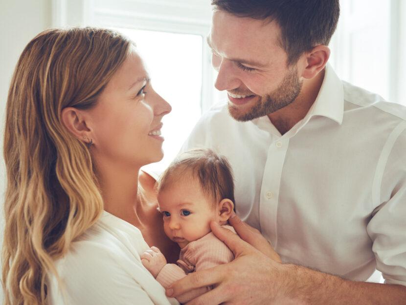 Genitori con bebe neonato