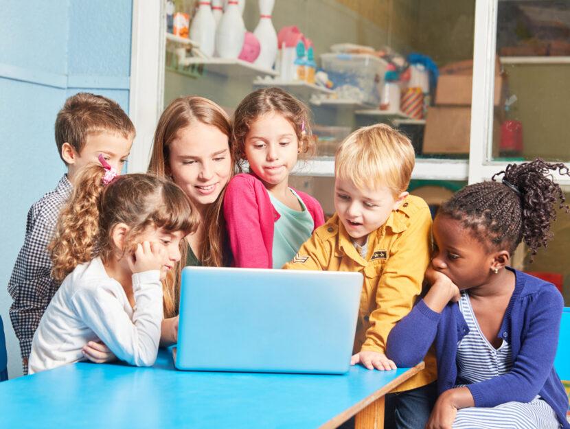 Bambini in classe asilo maestra