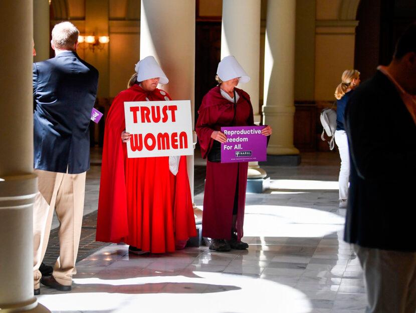 Una protesta contro l'inasprimento delle leggi sull'aborto ad Atlanta, in Georgia. Le attiviste so