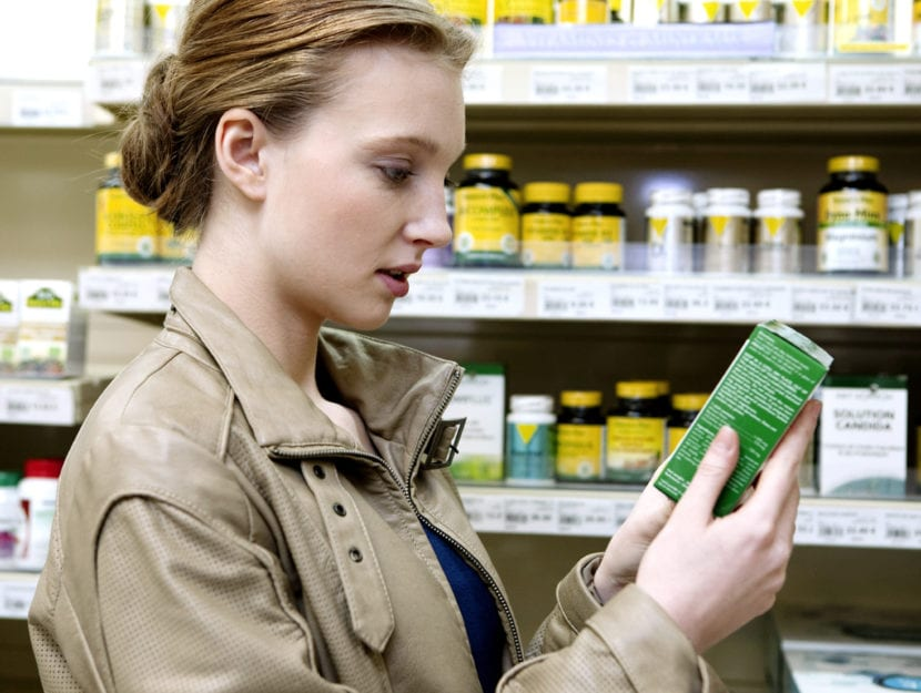 Ragazza integratori farmacia
