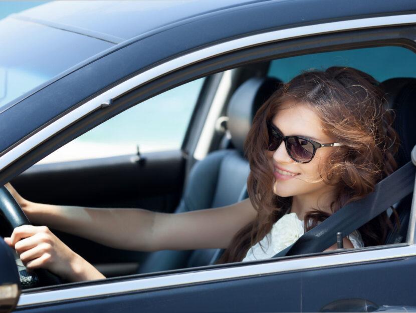Ragazza occhiali al volante auto