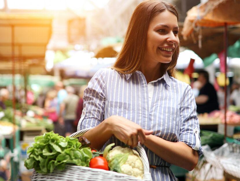 Ragazza spesa supermercato verdura