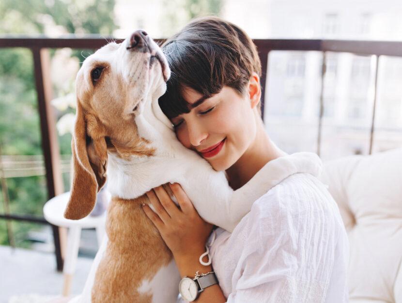Donna abbraccia cane pet