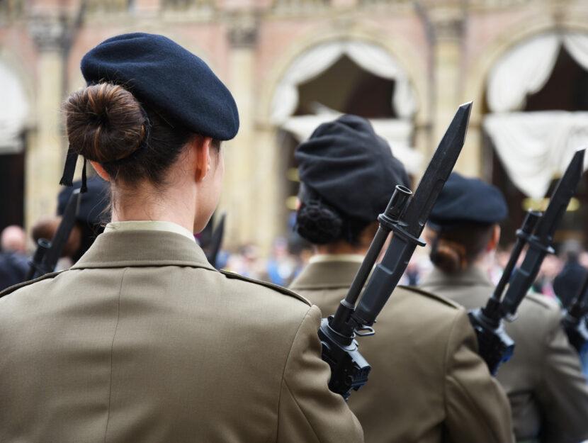 Soldati donne armi