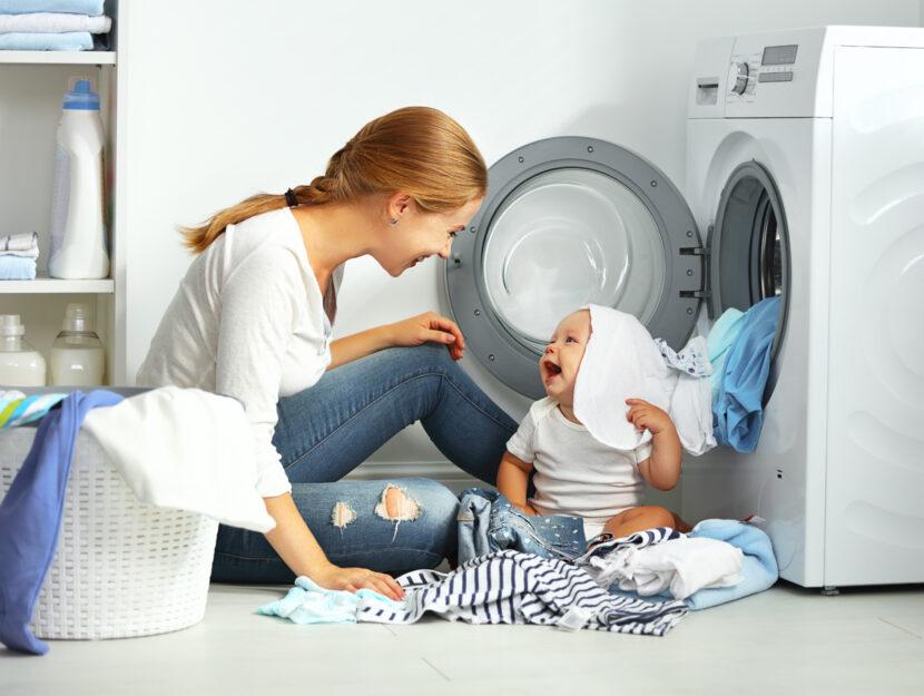 Donna bambino casa lavatrice