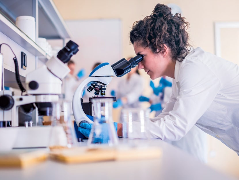 Donna biotecnologie microsopio