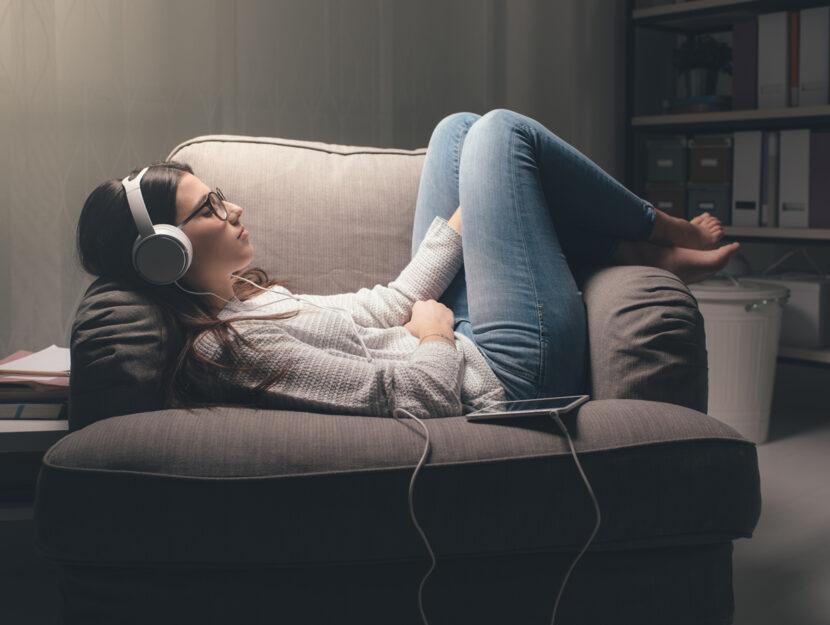 Podcast audiolibri ragazzi cuffia divano