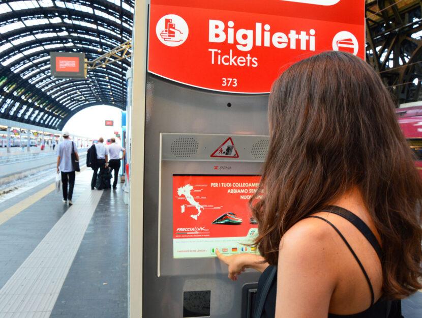 Trenitalia ragazza acquista biglietto
