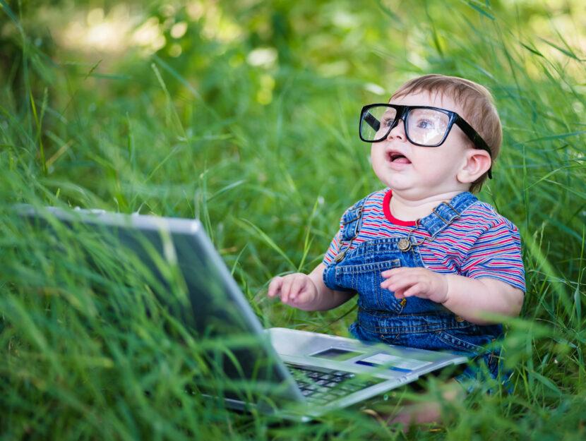 Bambino occhiali pc su erba