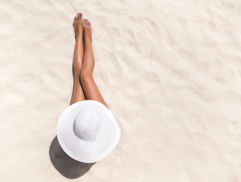 Donna cappello spiaggia