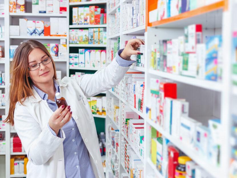 Farmacista in farmacia