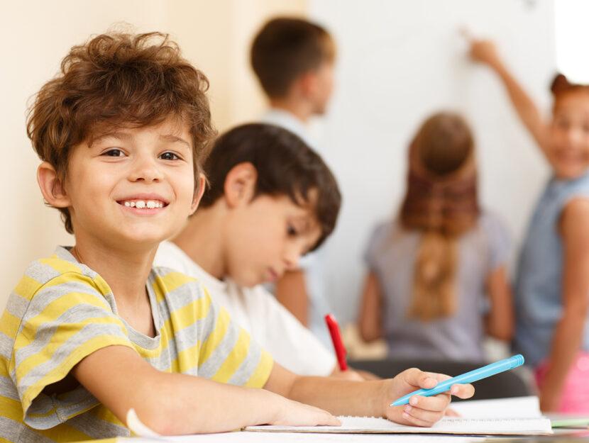 Studente in classe mentre scrive